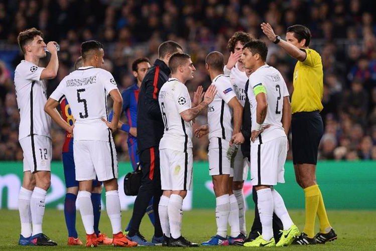 Los jugadores del PSG reclamaron en más de una ocasión al árbitro durante el juego frente al Barcelona. (Foto Prensa Libre: AFP)