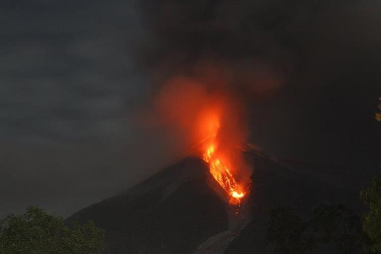 Volcán de Fuego lanza lava durante erupción del miércoles en la noche. (Foto Prensa Libre: Melvin Sandoval)