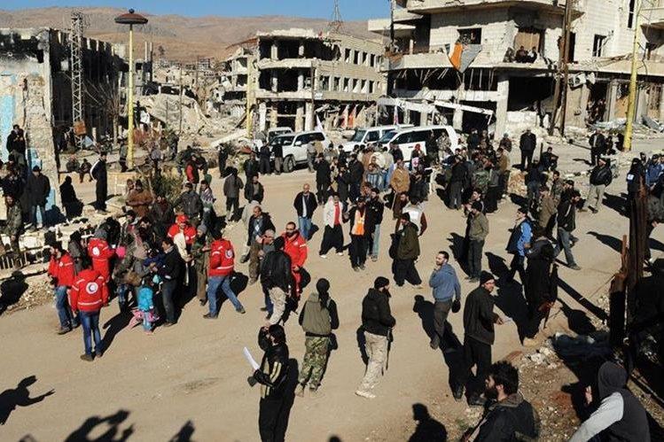Los bombardeos rusos en Siria han causado más de dos mil 300 muertos, y han provocado la huída de civiles. (Foto Prensa Libre: AP).