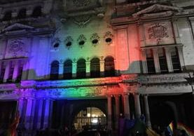 Proyección de la bandera de la diversidad sexual en el Palacio Nacional este jueves. (Foto Prensa Libre: @GayGuatemala).