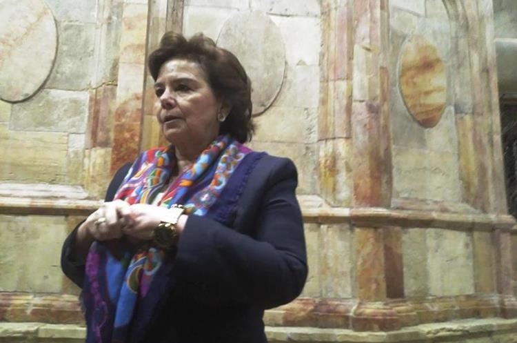 Antonia Maropoulou, encargada de las obras de restauración, da detalles del trabajo efectuado. (Foto Prensa Libre: EFE)