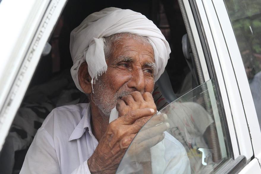 El padre de Qandeel Baloch llora durante el funeral de su hija en Shah Sadar, Pakistán. (Foto Prensa Libre: AFP).
