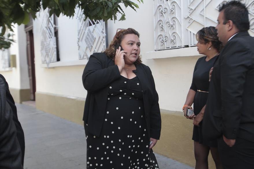 Iliana Velásquez, espera afuera del Registro de Ciudadanos al candidato a la alcaldía de Mixco. (Foto Prensa Libre: Erick Ávila)