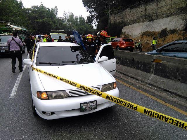 Investigadores de la PNC revisan el vehículo atacado a balazos en carretera a El Salvador. (Foto Prensa Libre: Estuardo Paredes)