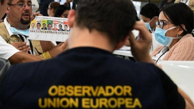 Observadores internacionales participan en la revisión de los votos. (AFP).