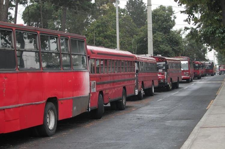 Las unidades de transporte permanecen estacionadas. Pilotos temen que ataques se repitan. (Foto Prensa Libre: Érick Ávila)