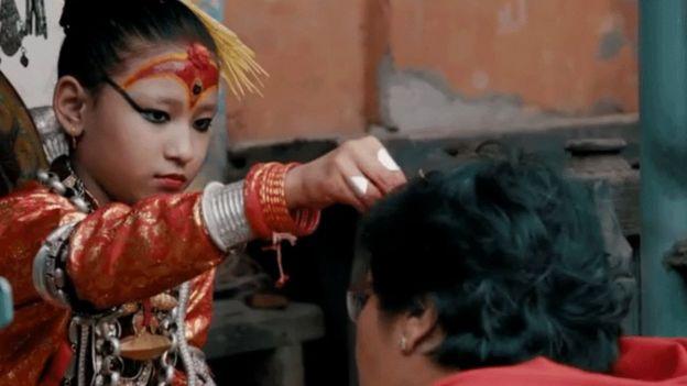Durante las festividades, los fieles se acercan a la Kumari para ser bendecidos.
