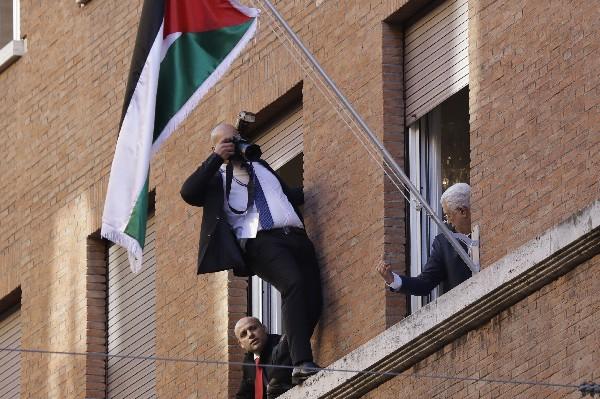 Mahmoud Abás (d) inaugura la nueva Embajada Palestina en el Vaticano. (EFE).