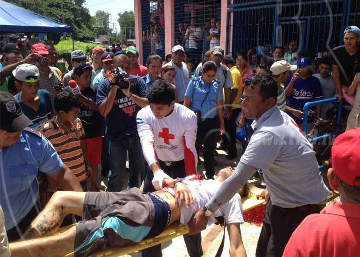 El aficionado fue trasladado por miembros de la cruz roja a un centro asistencial. (Foto Prensa Libre:TN8.tv)