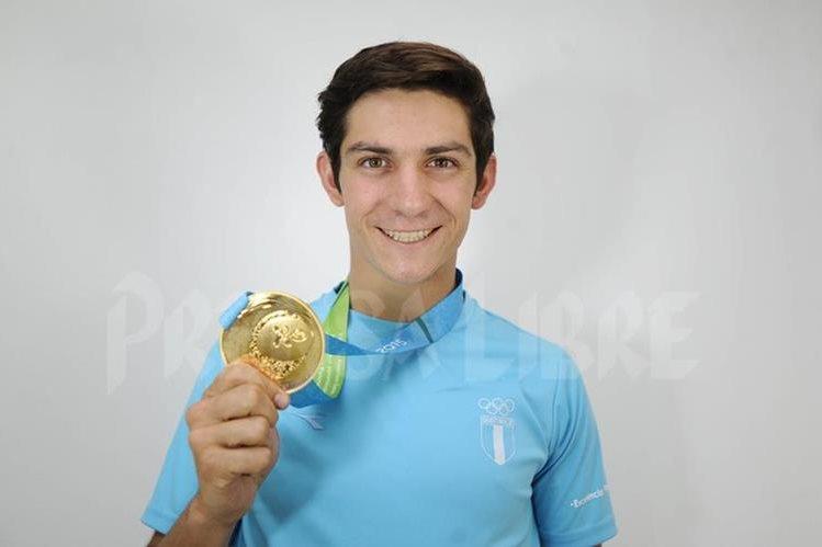Charles Fernández muestra con orgullo la medalla de oro que ganó en los Juegos Panamericanos de Toronto 2015. (Foto Prensa Libre: Hemeroteca PL)
