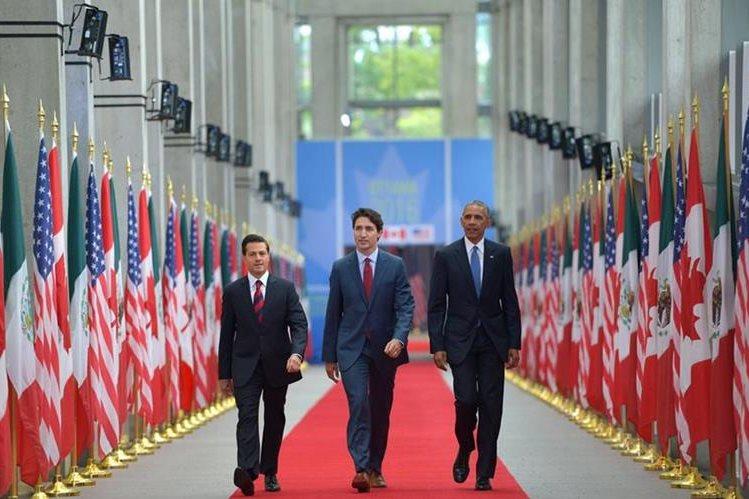 Peña Nieto (i), Justin Trudeau (c) y Barack Obama (d), en la sede de la Cumbre de Norteamérica, celebrada en Ottawa. (Foto Prensa Libre: EFE).