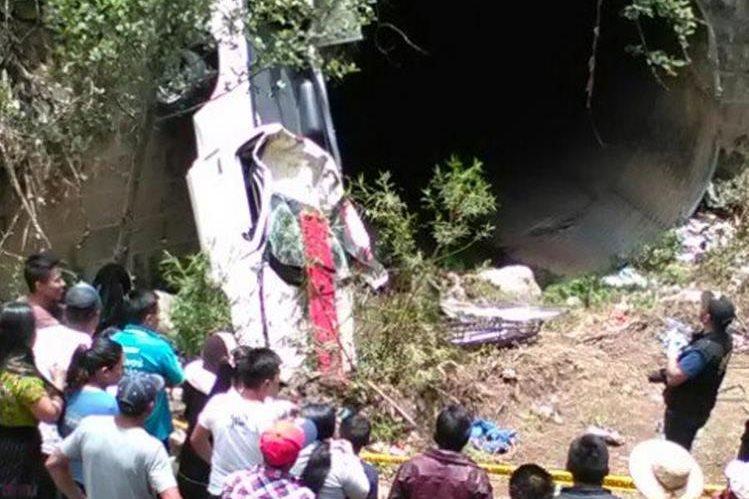 Vecinos observan cómo quedó el picop accidentado. (Foto Prensa Libre: Bomberos Voluntarios)