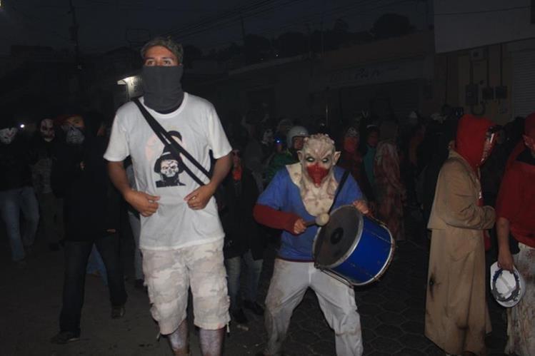 Cientos de pobladores participan en actividades de El Tabal, en la cabecera de Sololá, en honor a la Virgen de la Concepción. (Foto Prensa Libre: Ángel Julajuj)