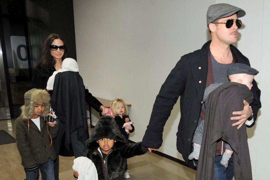 Angelina Jolie y Brad Pitt junto a sus hijos Knox, Zahara, Vivienne, Maddox y Shiloh. (Foto Prensa Libre: EFE)