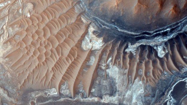 La nave Mars Reconnaissance Orbiter lleva fotografiando la superficie del planeta desde su órbita durante una década. NASA/JPL-CALTECH/UNIVERSITY OF ARIZONA