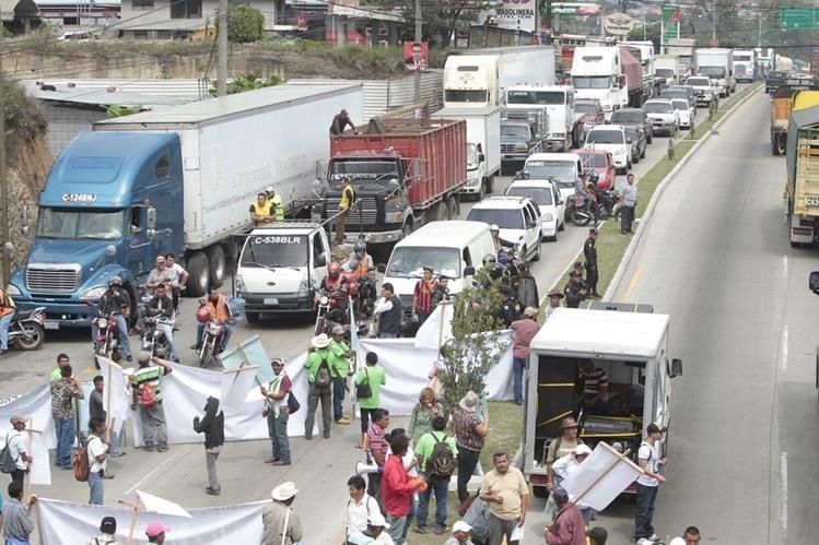 Decenas de personas efectúan bloqueos en varios puntos de la capital, exigen que Cicig investigue a evasores de impuestos. (Foto Prensa Libre: E. Paredes)