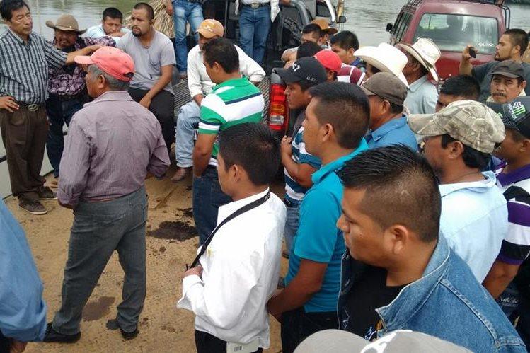Trabajadores de la Municipalidad de Sayaxché, Petén, exigen pago de salarios atrasados. (Foto Prensa Libre: Rigoberto Escobar)