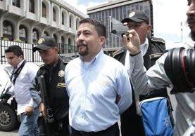El alcalde de Santa Catarina Pínula, Víctor Gonzalo Alvarizaes Monterroso fue capturado este jueves, sindicado de homicidio culposo por la tragedia ocurrida en El Cambray 2. (Foto Prensa Libre: Paulo Raquec)