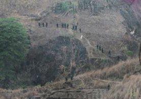 Fuerzas Especiales de la PNC realizan una búsqueda para localizar a los delincuentes. (Foto Prensa Libre)