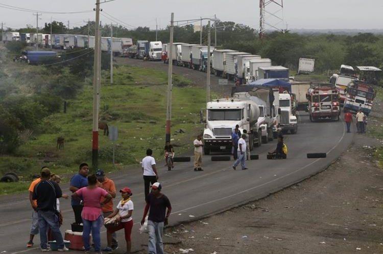 Unos seis mil furgones de carga de Centroamérica que están en tránsito por Nicaragua quedan atrapados con mercadería por bloqueos. (AFP).