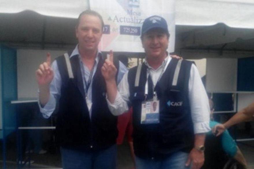 Javier Zepeda y Óscar Emilio Castillo, director y presidente de la Cámara de Industria votaron en la zona 10. (Foto: Prensa Libre: Cacif)