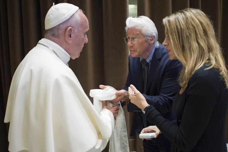 El papa Francisco saluda al actor Richard Gere y a su Alejandra Silva en la actividad de la  Fundación Scholas Occurrentes.