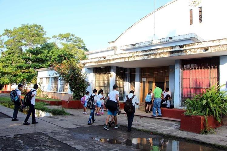 Estudiantes ingresan a la Escuela Rural Mixta tipo Federación Carlos Villagrán Paul, en la cabecera de Retalhuleu. (Foto Prensa Libre: Rolando Miranda)