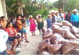 Familias de distintas regiones reciben apoyo de alimentos para dos meses.