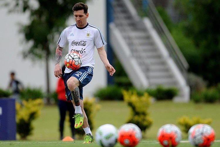 Messi junto con sus compañeros de Selección van por los tres puntos a Chile. (Foto Prensa Libre: EFE.)