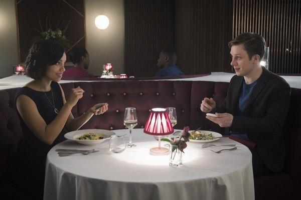 Escena del capítulo Hang the DJ, de Black Mirror, en la que una pareja utiliza la tecnología para saber cuánto tiempo estarán juntos. (Foto Prensa Libre: YouTube).