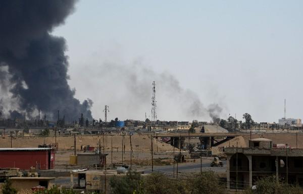 Un columna de humo se observa durante los combates en la ciudad de Al Qayara. (AP).