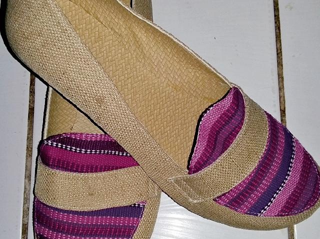 Los zapatos son diseñados con estilos modernos. (Foto Prensa Libre: Sandra Vi)