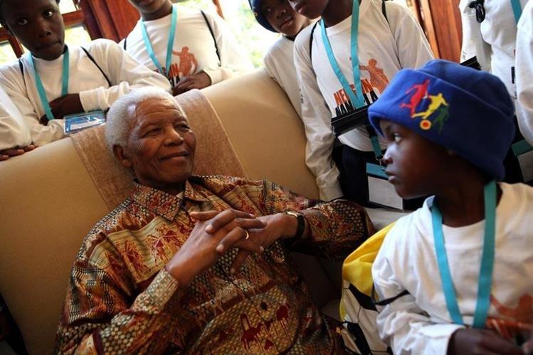 Nelson Mandela, líder sudafricano y Premio Nobel de la Paz 1993, es agasajado por niños de Sudáfrica. (Foto: Hemeroteca PL)