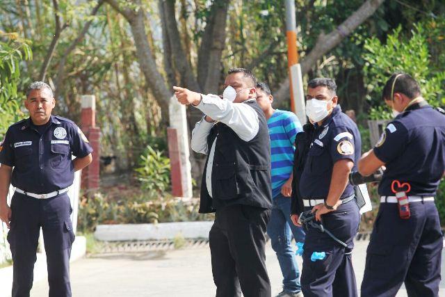 Fiscales del Ministerio Público y bomberos van al lugar donde fue encontrado el cuerpo de una mujer. (Foto Prensa Libre: Érick Ávila)