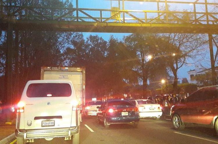 Tránsito complicado en Vista Hermosa por colisiones y un tráiler averiado en ruta a El Salvador. Foto Prensa Libre: @Soy_o_Estoy.<br />
