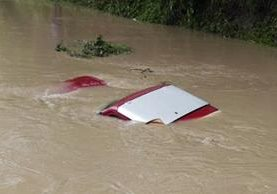 El vehículo fue arrastrado cuando atravesaba el puente.(Foto Prensa Libre: Hugo Oliva)