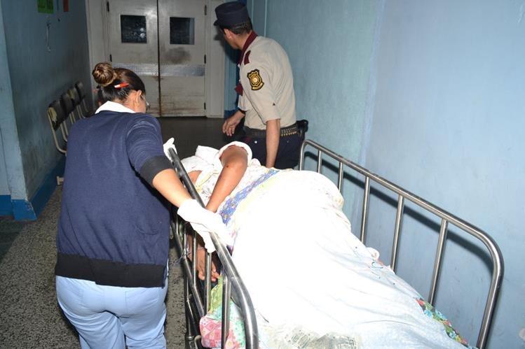 Nohemí del Rosario Mancilla García, de 22 años y que se encuentra embarazada es trasladada a un centro asistencial. (Foto Prensa Libre: Víctor Gómez)
