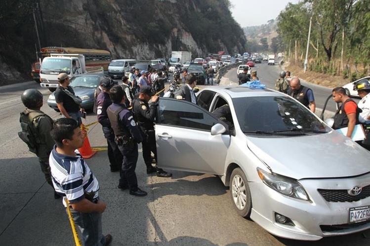Autoridades inspeccionan el automotor donde viajaba la víctima, en la cuesta Villalobos. (Foto Prensa Libre: Érick Avila)