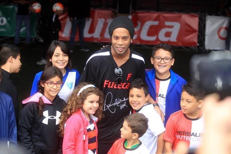 Ronaldinho mostró su futbol en Guatemala. (Foto Prensa Libre: Carlos Vicente)