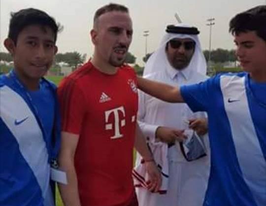 Franck Ribéry poso junto a los guatemaltecos en Doha, Catar. (Fotos Prensa Libre: Facebook Aspire Futbol Dreams)