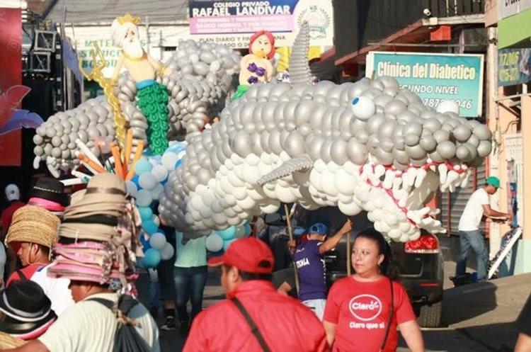 Unas 40 comparsas participaron en el desfile que llenó de color las principales calles. (Foto Prensa Libre: Cristian Icó)