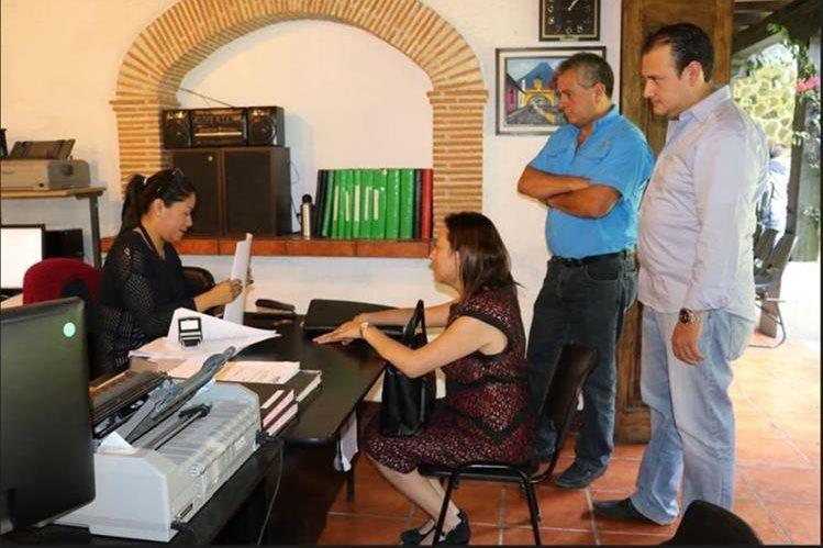 Concejales de Antigua Guatemala presentan denuncian en el MP, contra la alcaldesa Susana Asensio, por supuesto mal manejo de donación. (Foto Prensa Libre: Julio Sicán)