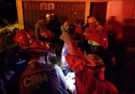 Localizan sin vida a menor que quedó soterrada en derrumbe en barrio San Antonio, zona 6. (Foto Prensa Libre: Cruz Roja de Guatemala)