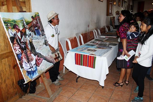 Pintores exhiben sus obras y promueven con talleres la enseñanza de arte de pintar, con técnicas propias de Chichicastenango. (Foto Prensa Libre: Óscar Figueroa)