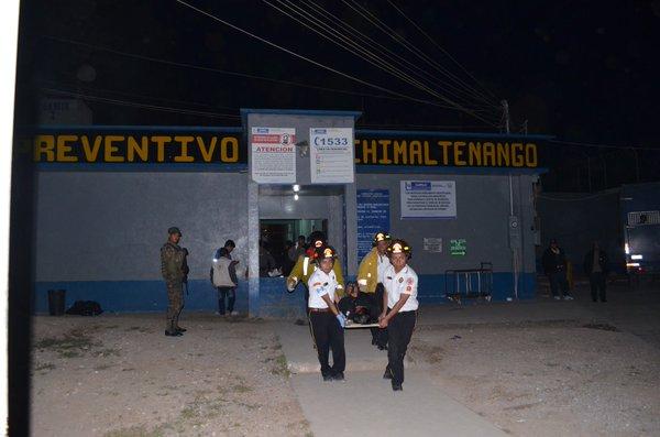 Bomberos Voluntarios trasladan a uno de los reos heridos al hospital de Chimaltenango. (Foto Prensa Libre: Cortesía CVB)