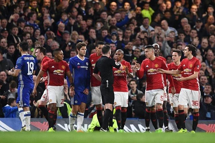 Jugadores del Mánchester United protestan una decisión arbitral durante el juego de cuartos de final de la Copa de Inglaterra contra el Chelsea. (Foto Prensa Libre: AFP).