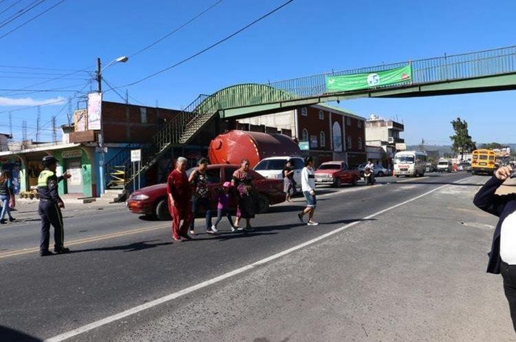 Transeúntes arriesgan su vida al pasar a pies la carretera. (Foto Prensa Libre: Víctor Chamalé).