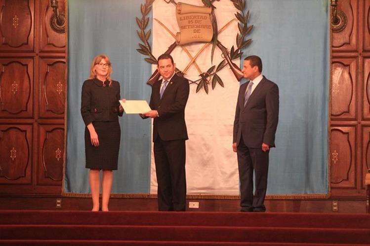 Elena Gazurova, Embajadora de la República Eslovaca, hace entrega de cartas credenciales al presidente Jimmy Morales. (Foto Prensa Libre: Esbin García)