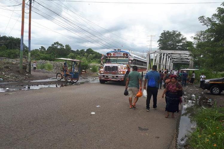 Por unas ocho horas estuvo tapado el paso en el km 178 de la ruta a suroccidente. (Foto Prensa Libre: Rolando Miranda).