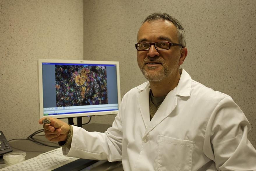 El investigador del CSIC Josep María Trigo, estudiando meteoritos en el Instituto de Ciencia Espacial, ICE del CSIC en Barcelona. (Foto Prensa Libre: EFE).